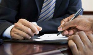 Proč bankám klesá počet žádostí o úvěr?